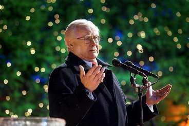inga fyrverkerier Jan Malmsjö ringde in 2004 på Skansen för ett år sedan. När han i kväll gör samma sak talar han till ett land i sorg. Därför har kvällens program gjorts om och fyrverkerierna strukits.