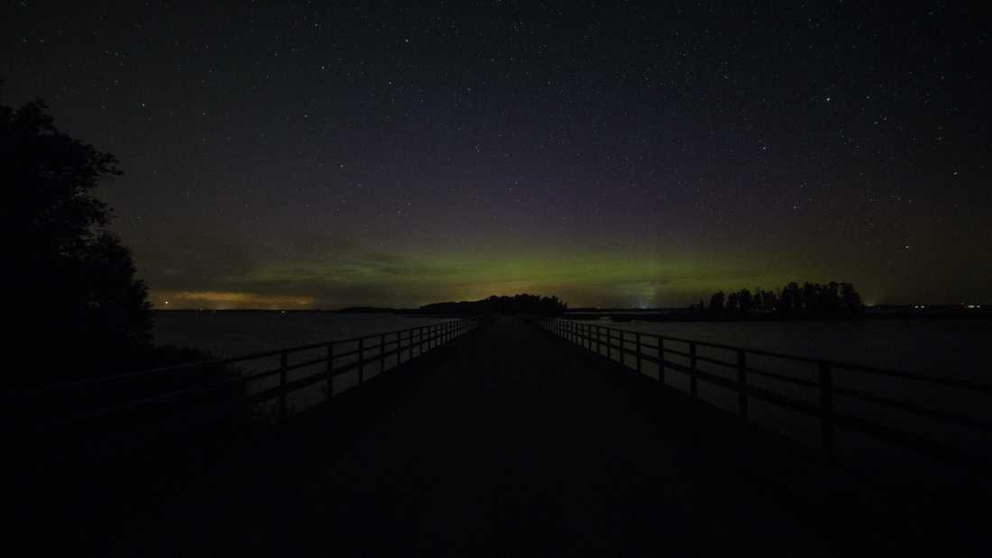 Ungefär en halvtimme innan stjärnfallet fick Johan också en bild på det svaga norrskenet längs horisonten.