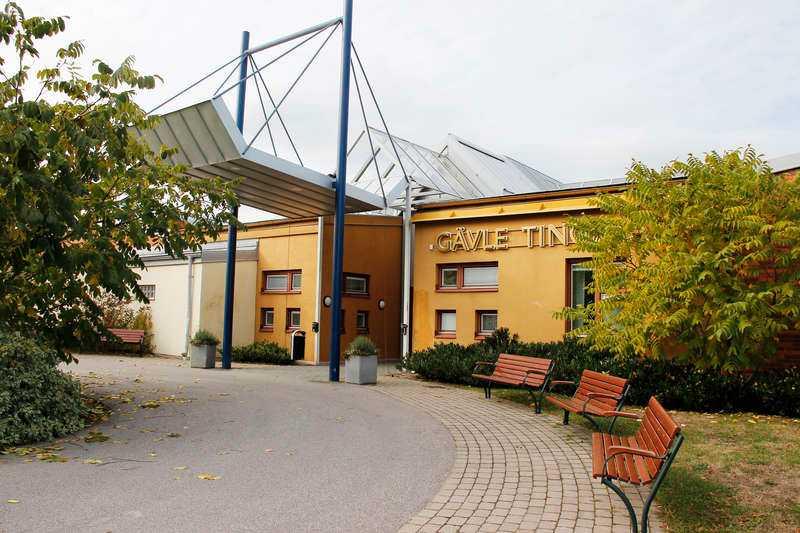 Filmades Häktningsförhandlingen hölls på Säters rättspsykiatriska sjukhus i Dalarna och visades på en skärm i Gävle tingsrätt. Mannen ansågs för sjuk för att transporteras.