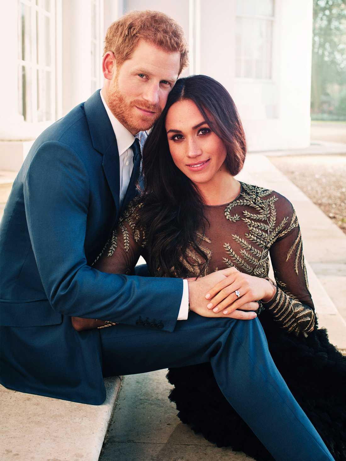 Prins Harry och Meghan Markle poserar för officiella förlovningsbilder tagna i Windsor