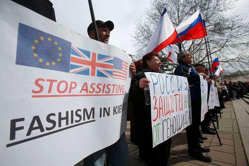 Pro-ryska demonstranter håller en manifestation utanför den lokala parlamentsbyggnaden i Krims huvudstad Simferopol.