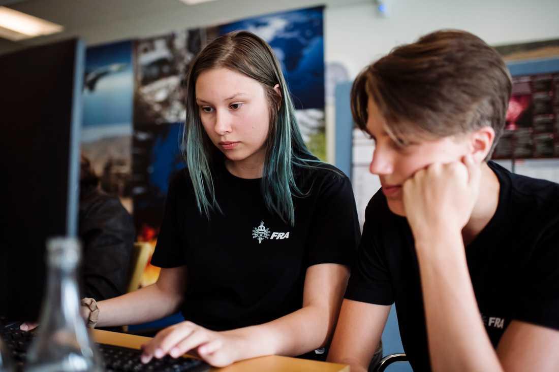 Thea Ahlström Signal och Alfred Severin, 16, är två av deltagarna under FRA:s sommarskola på Lovön som anordnas för första gången.