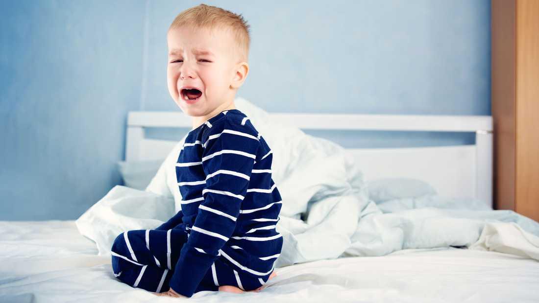 Att barn kissar i sängen är jobbigt, men inte farligt.