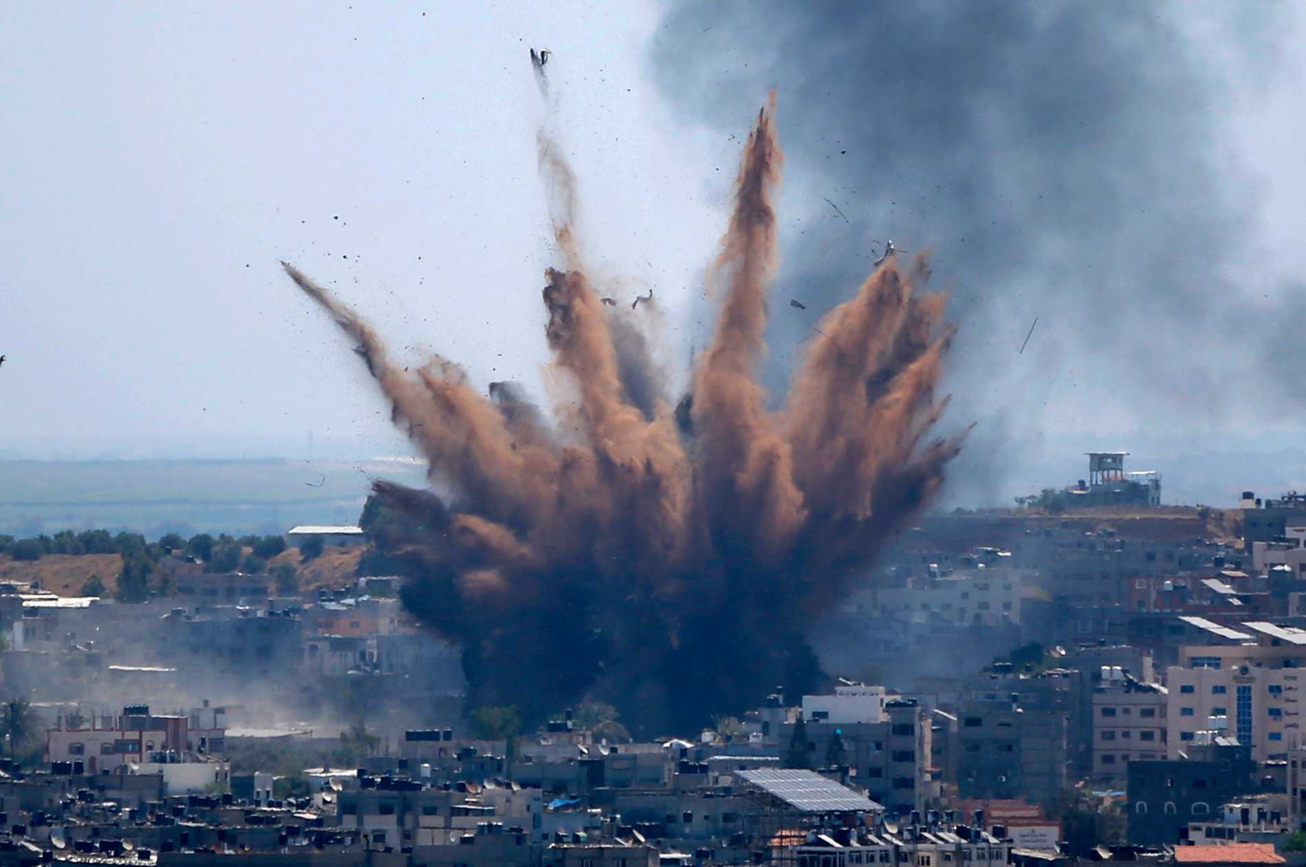 Rök stiger mot himlen efter en attack mot en byggnad i Gaza.