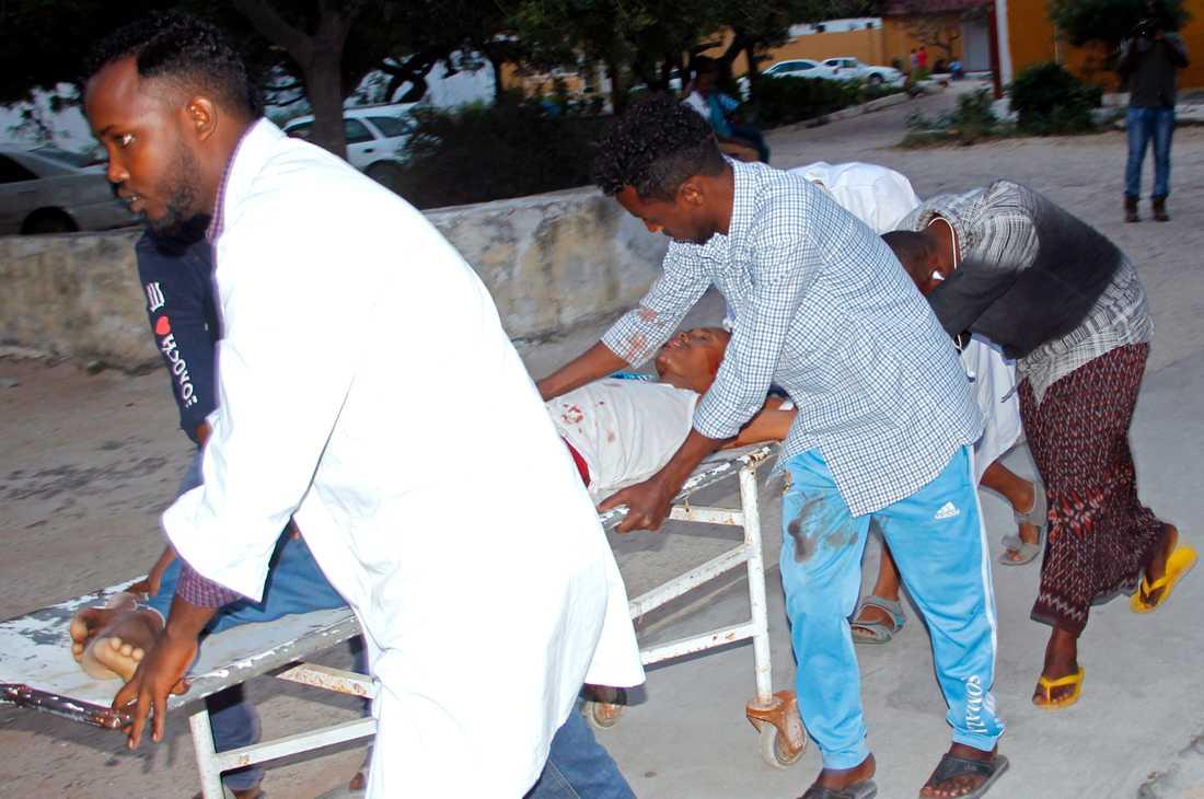 Vårdpersonal evakuerar skadade efter bombdådet mot borgmästarens kontor den 24 juli. Arkivbild.