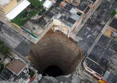 Svalde trevåningshus Ett gigantiskt hål öppnade sig i marken när ovädret Agatha drog in över norra delen av Guatemala City.