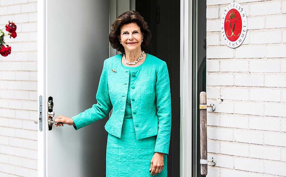 Drottning Silvia har genom sin stiftelse Silviahemmet under 25 år spridit kunskap om demenssjukdomar och hur man bäst bemöter drabbade och deras anhöriga.