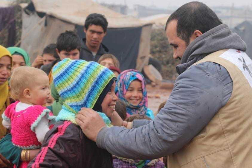 Mössor och vantar som delas ut till flyktingar i norra Syrien har stickats av människor i Sverige.