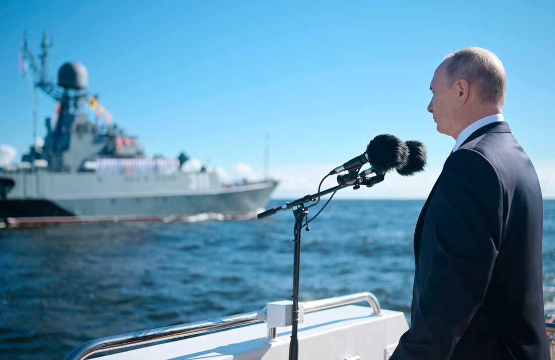 Rysslands president Vladimir Putin talade på telefon med Ukrainas president Volodymyr Zelenskyj på söndagen. På bilden inspekterar Putin ryska krigsskepp på söndagen.