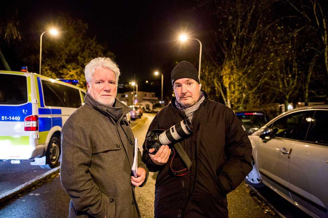 Aftonbladets reporter Pelle Tagesson och fotograf Krister Hansson i området där Anna hittades.