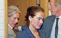 INFÖR RÄTTA Mamma Ewa Fröling följer Tilde ut ur rätten när dottern står åtalad för vårdslöshet i samband med att en brand uppstod i hennes hem.