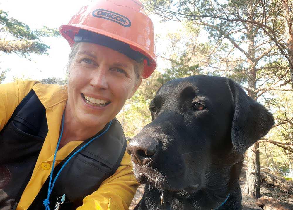 Ingela Sörqvist har tränat sin labrador Cox att känna doften av brand. Nu jobbar de tillsammans.