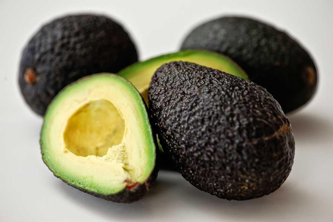 ÄT MER AV: Avocado, som innehåller nyttigt fett.