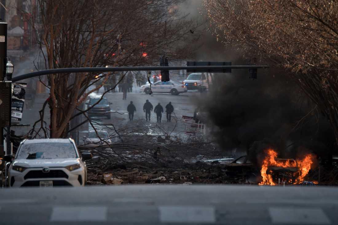 Ett fordon står i brand efter en explosion i Nashville. Byggnader i närheten skakade efter att en hög smäll hördes på juldagsmorgonen.