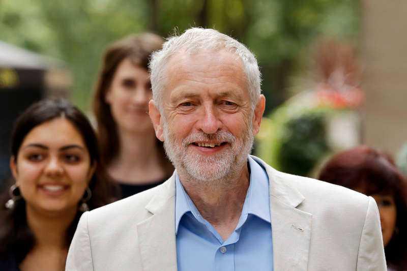 Labourledaren Jeremy Corbyn utses till årets tomte av Petter Larsson, som skrivit en juldikt.