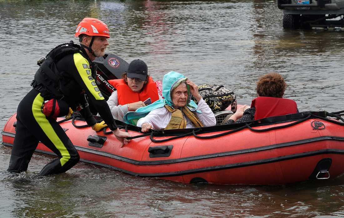 En familj räddas undan vattenmassorna i Dickinson, Texas.