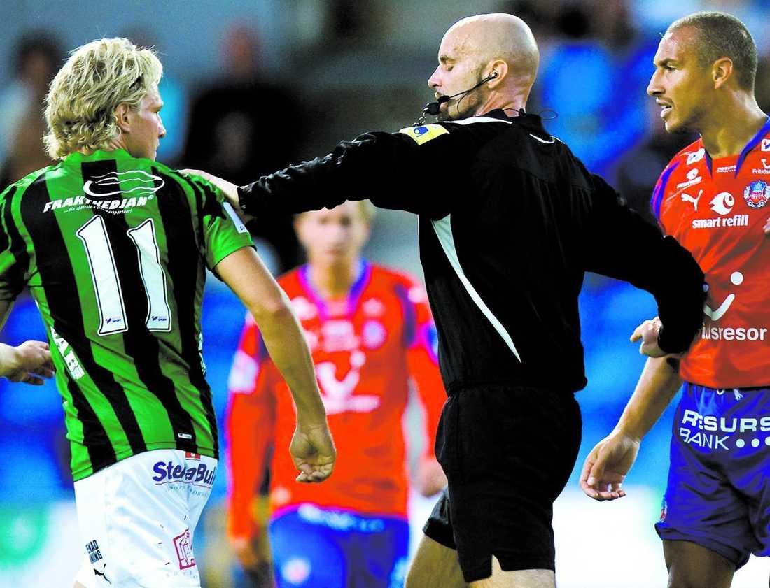 Tufft jobb Stefan Johannesson särar på Gais Tommy Lycén och Helsingborgs Henrik Larsson.