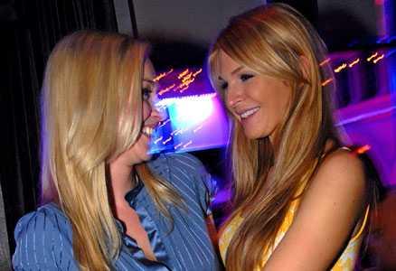 STUREVIPPEN Isabel Adrian och Monica Jonsson sågs ute i vimlet i fredags.