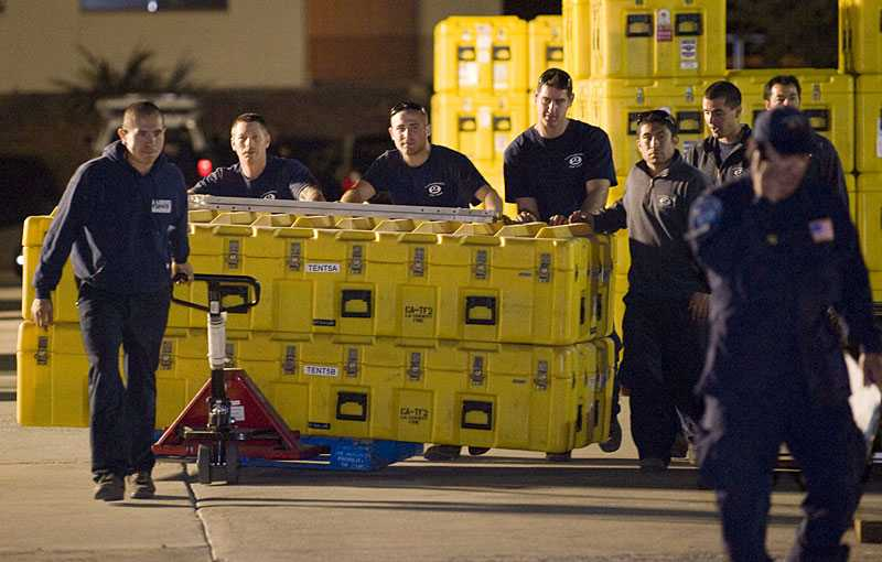 AMERIKANSK HJÄLP PÅ VÄG USA lovade omedelbart Haiti hjälp efter jordbävningen. Här lastar räddningstjänsten i Los Angeles räddningsmaterial för vidare transport till Haiti.