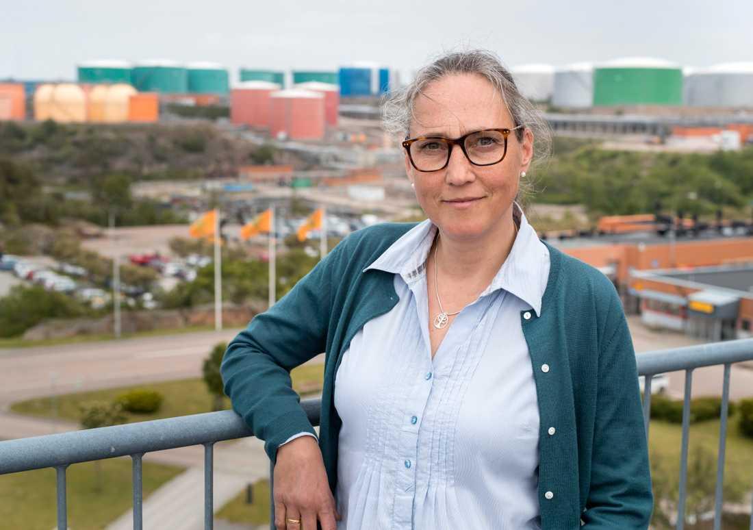 Malin Hallin är chef för hållbar utveckling på drivmedelsbolaget Preem. Hon ser den planerade utbyggnaden av raffinaderiet vid Lysekil som en investering för miljön, eftersom man ska kunna göra bensin och diesel av förnybara råvaror. Men kritiker pekar på en annan del av utbyggnaden, som vållar stora utsläpp av koldioxid.