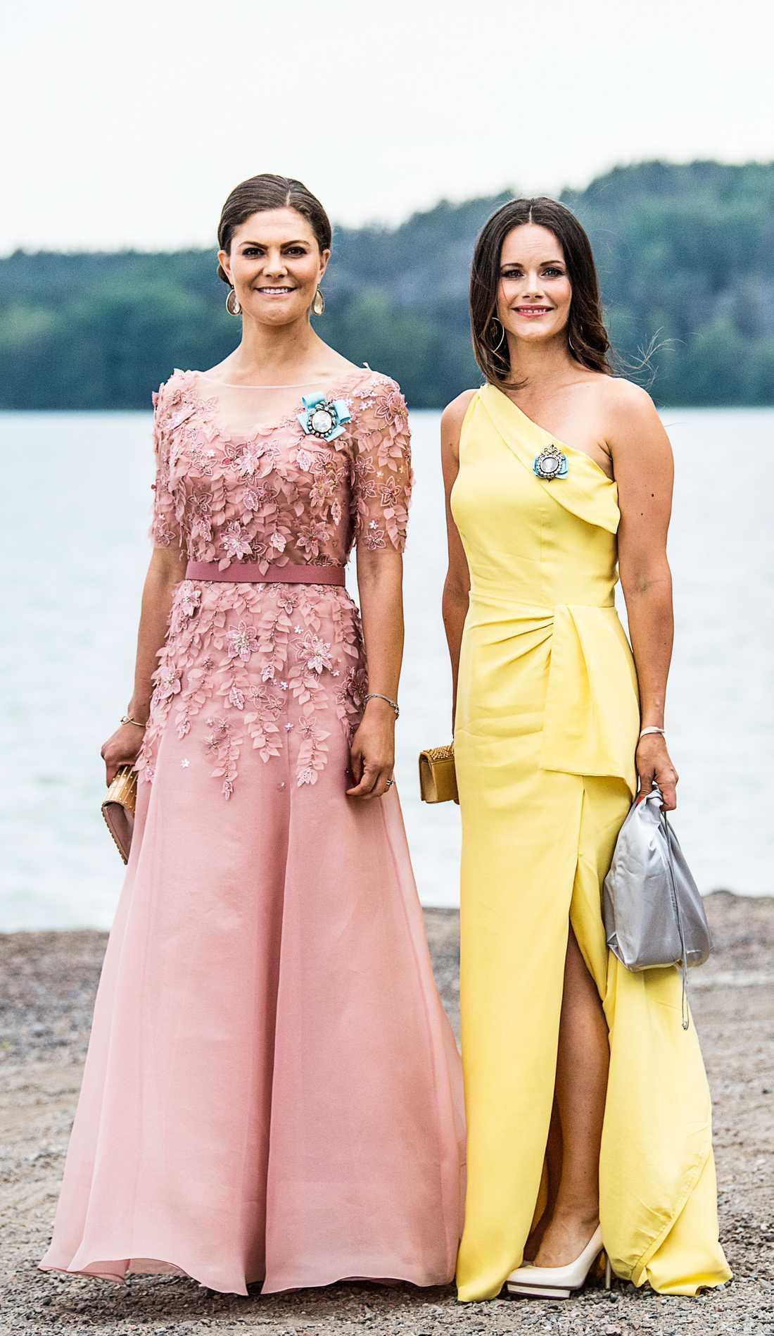 """Kronprinsessan Victoria och prinsessan Sofia på vännerna Louise """"Lussan"""" Gottliebs och Gustav Thotts bröllop förra sommaren."""
