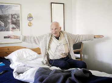 """HEMMA IGEN Ulf Hjertström sitter på sängkanten på sitt hotellrum i Lund och berättar om de skräckfyllda veckorna som gisslan i Bagdad. Han utsattes för skenavrättningar och minst åtta av hans medfångar mördades inför hans ögon. """"Jag sover ett par timmar. Sedan vaknar jag. Då är jag tillbaka i cellen. Jag ser avrättningarna framför mig på näthinnan"""", säger han. Ulf Hjertström hade förväntat sig bättre hjälp från Sverige när han kom hem. Kläderna han bär är de enda han äger."""