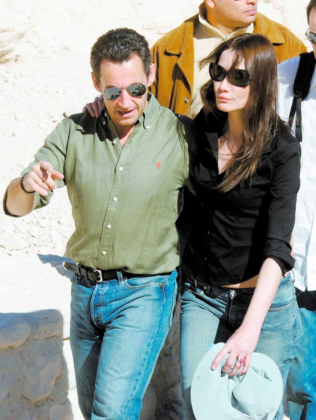 lika som bär Många tycker att nya fästmön Carla Bruni är mycket lik president Sarkozys exfru Cécilia. Det är i alla fall lätt att konstatera att kvinnornas ringar är identiska.