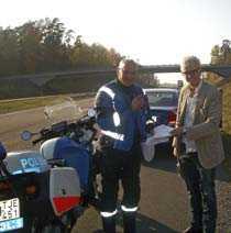 Försökte muta polisen. Bingo Rimér erbjöd mc-polisen Göran Jonsson en tidningsprenumeration. Men inget hjälpte fartsyndaren som förlorade körkortet och fick 2 000 kronor i böter.