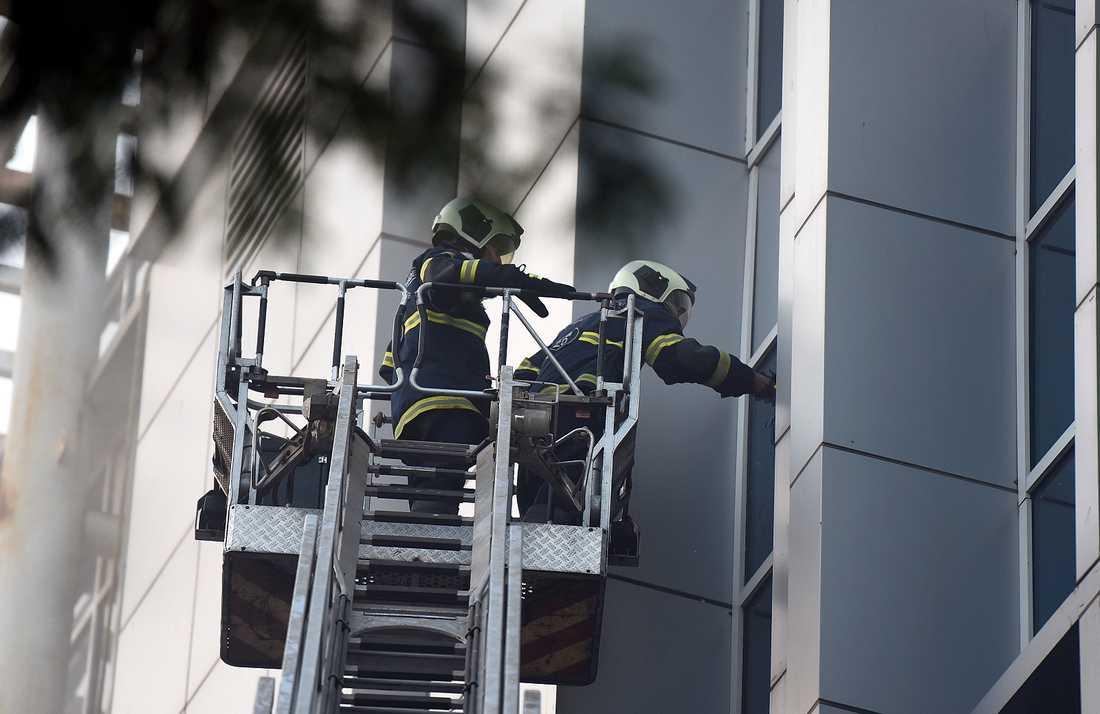 Brandkåren försöker rädda människor från ett sjukhus i Bombay där en brand dödade 8 människor på måndagen.
