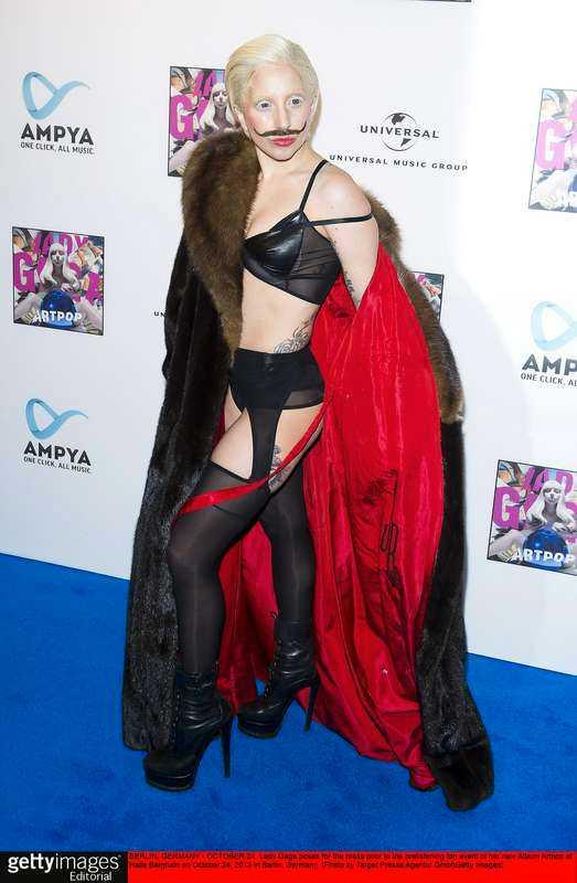 Megagastjärna. Lady Gaga gör entré i ny outfit och ser ut som en blandning mellan konstnären Salvador Dalí och Robyn.
