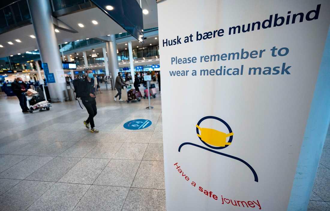 Information om krav på att bära munskydd vid ingången till Terminal 3 på Kastrups flygplats i oktober 2020.
