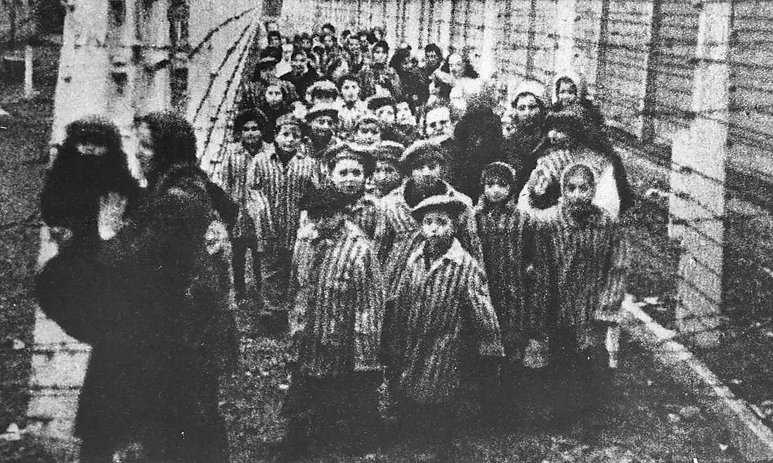 Röda armén befriade de överlevande fångarna i dödslägret Auschwitz.