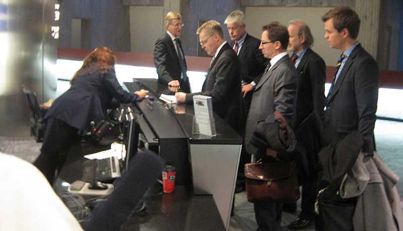 Den svenska delegationen på väg in till mötet med GM:s styrelse.