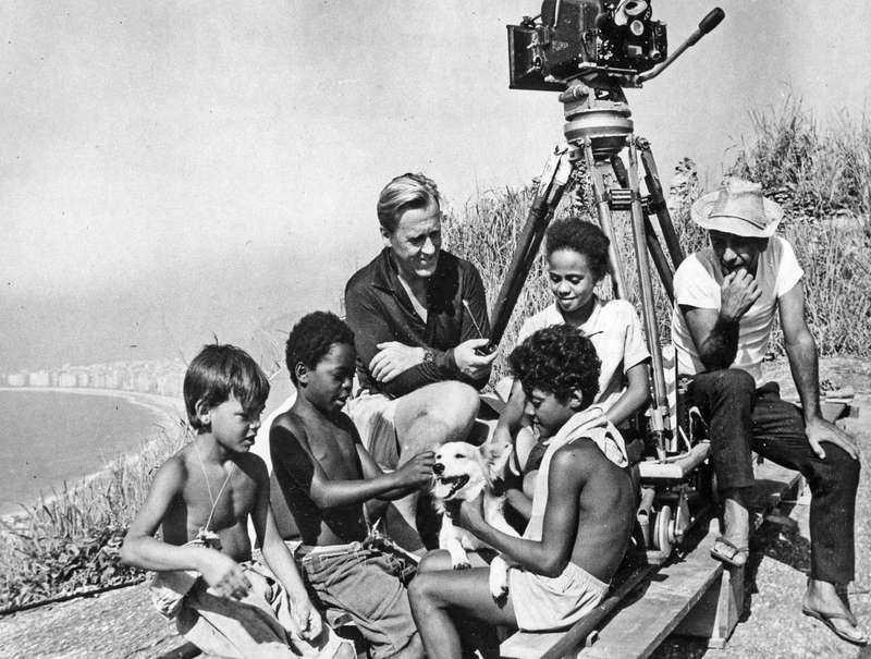 Arne Sucksdorff, med pipan, tillsammans med barnen under filminspelningen.