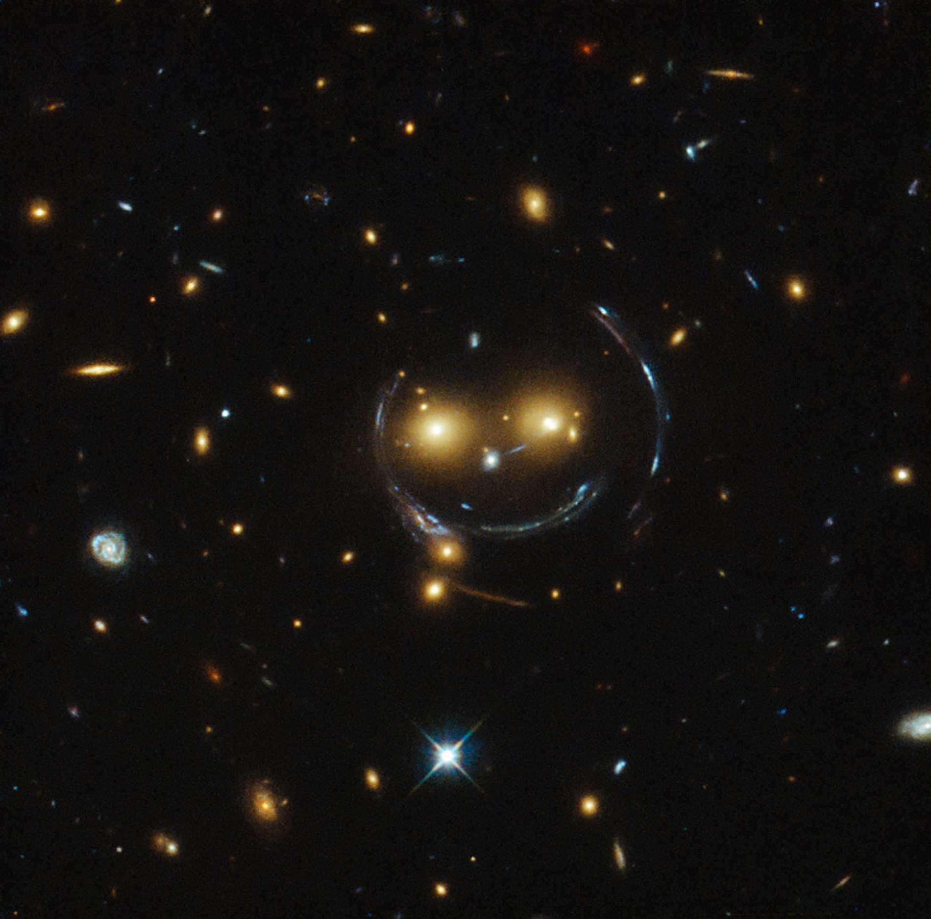 Nu släpper Nasa en ny bild av rymden som kan göra uttrycket glad som en lax förlegat. Här är nämligen galax-fotot som visar universum från dess lyckligaste sida. Den muntra rymdframställningen som kommer från Hubble-teleskopet visar ett kluster av galaxer som går under namnet SDSS J1038+4849, enligt Nasa.