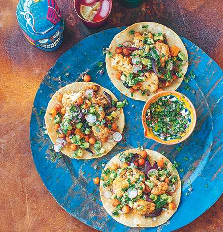 Tortilla med grönsaksblandning och avokadosalsa.