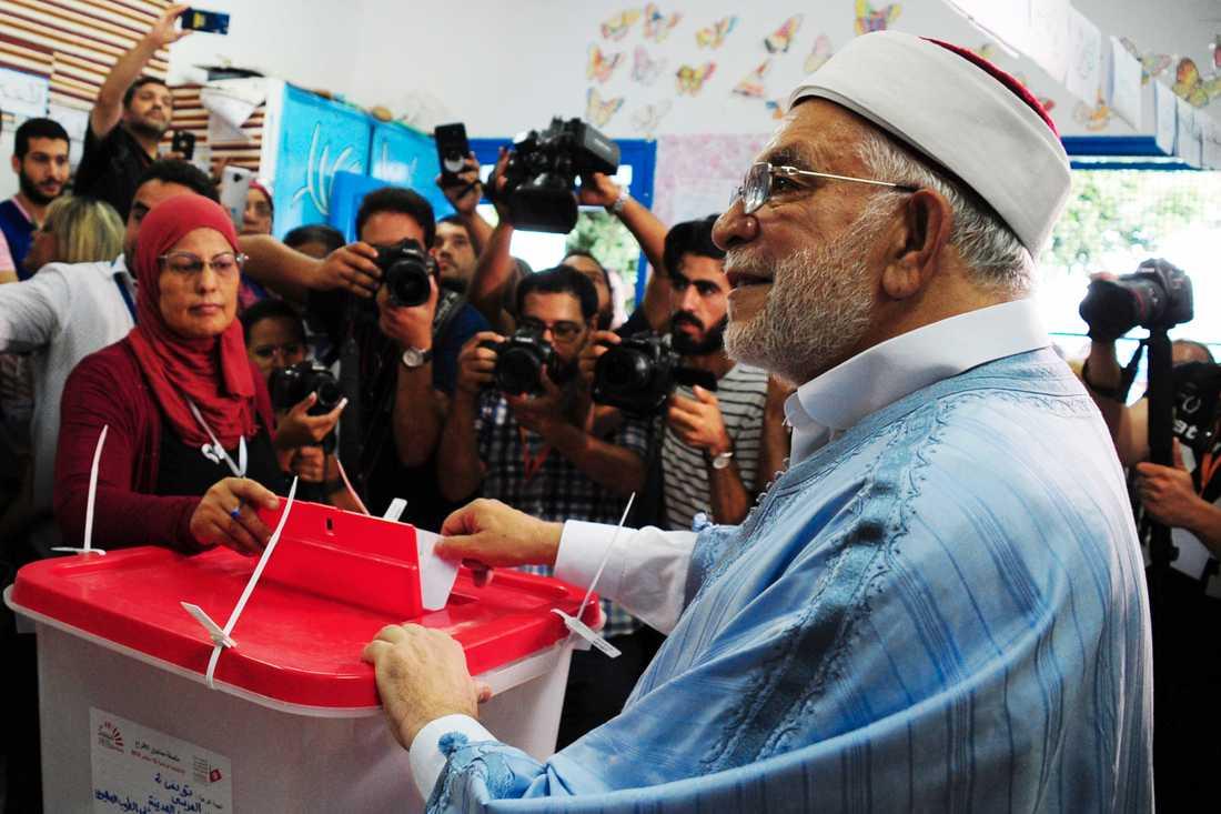 Abd al-Fattah Mourou, Ennahdas första presidentkandidat, vid valurnorna.