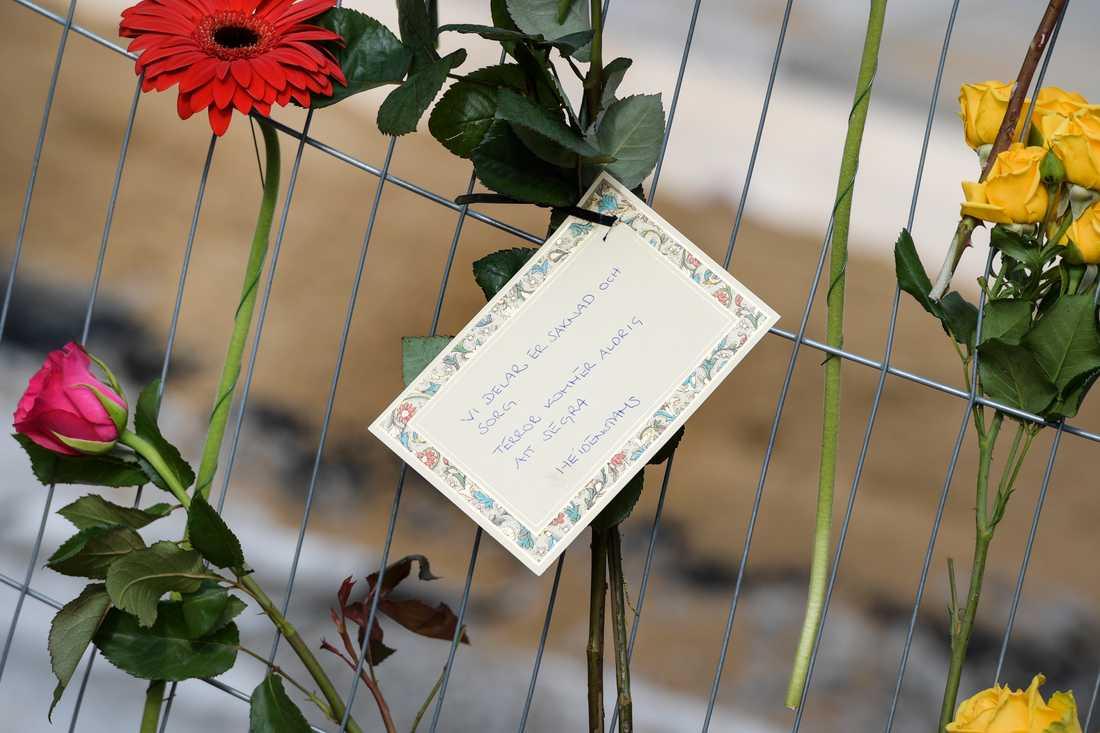 Blommor vid Drottninggatan i centrala Stockholm för att hedra offren för terrordådet i april 2017 där fem människor dödades. Arkivbild.