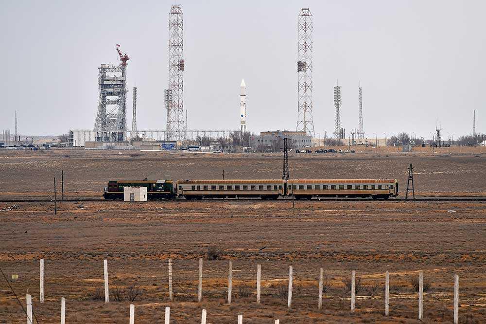 Satelliten och den ryska protonraketen i Baikonur