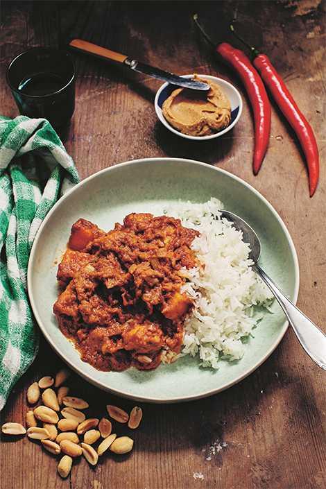Gambiansk gryta med en fyllig och smakrik jordnötssås.
