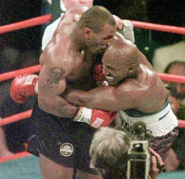 Evander Holyfield mötte Tyson i juni 1997. Han vann matchen - men förlorade ett halvt öra...