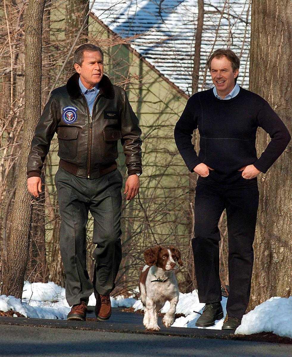 2002 bjöds Tony Blair in till George W Bushs ranch i Texas.