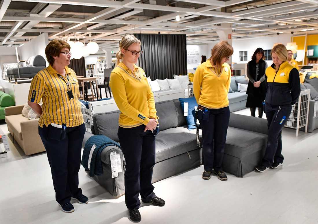 Anita Haugen, Nicole Nilsson, Sara Isbäck och Johanna Grossman iakktar en tyst minut på Ikea i Barkarby utanför Stockholm. Ikea höll en tyst minut på alla varuhus på måndagen, där personal och kunder hedrade grundaren Ingvar Kamprad, som avled på lördagen.