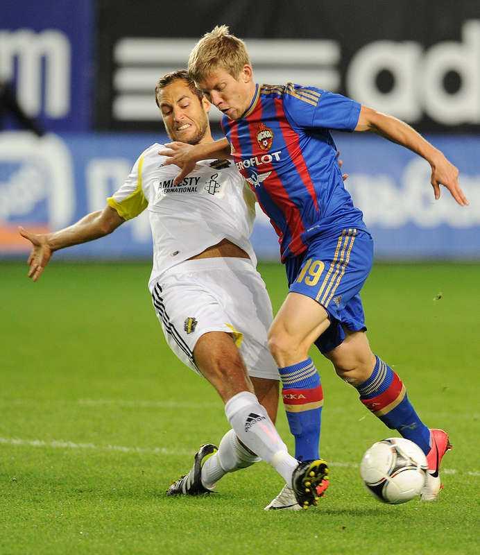 På hugget  Nicklas Backman går hårt åt CSKA:s Aleksandrs Cauna i segern som gav AIK 40 miljoner kronor.
