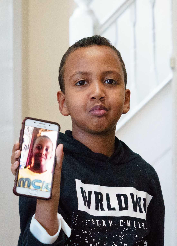 Ahmad bär alltid med sig bilden av sin bror.