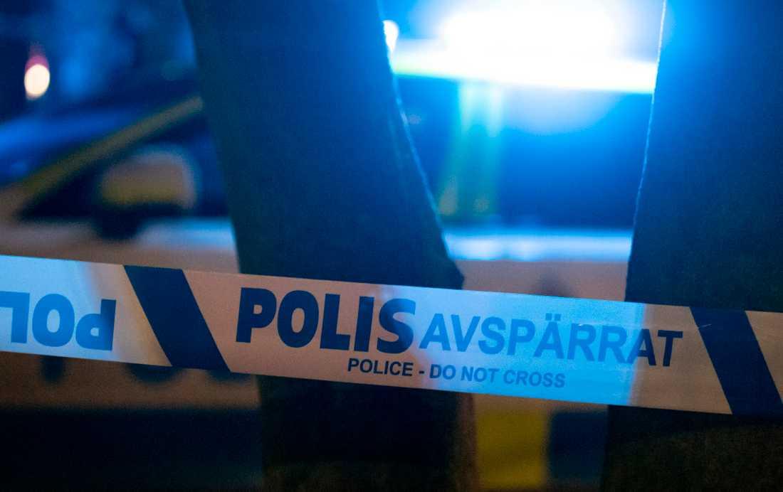 En ung man har knivskurits vid Tyresö skola, söder om Stockholm. Arkivbild.