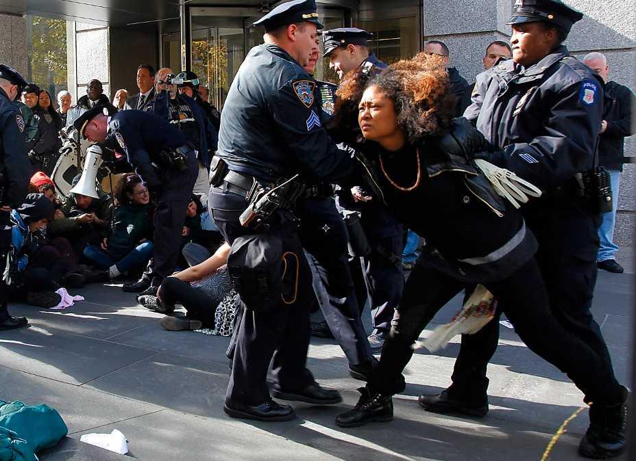 """Ockupation Polisingripande under en """"Occupy Wall Street""""-demonstration i New York den 3 november."""