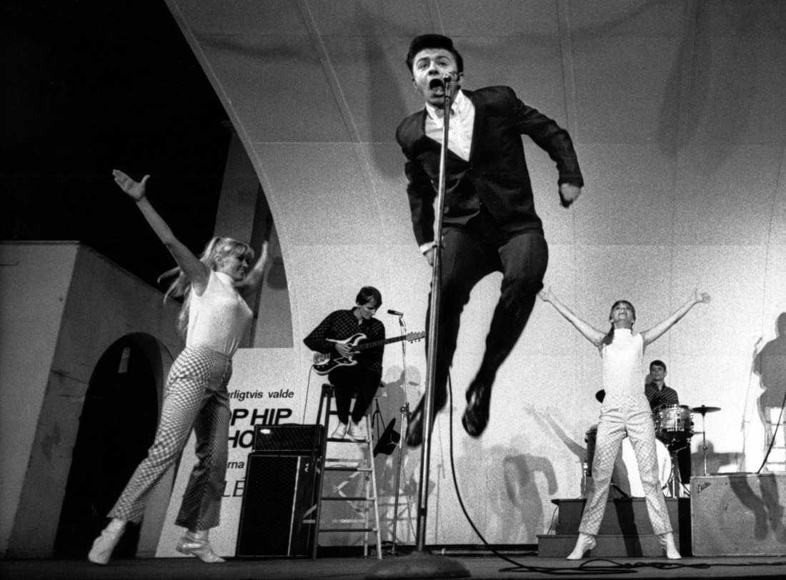 Artisten Jerry Williams uppträder på Gröna Lund i Stockholm omkring 10:e maj 1966.