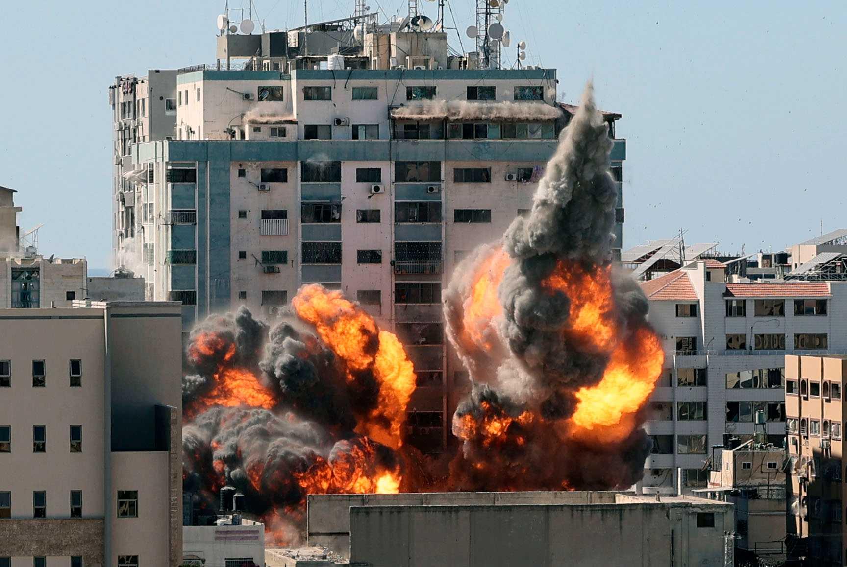 Israel bombade på lördagen en byggnad i Gaza där flera nyhetsorganisationer hade sina redaktioner.