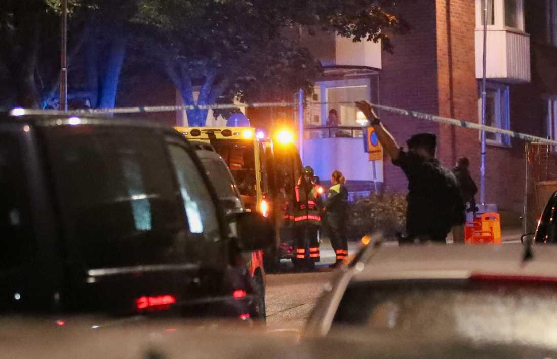 Polisen på platsen där två utomstående personer sköts Nacka, öster om Stockholm, på söndagen den 9 september. Arkivbild.